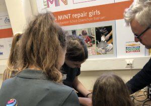 Schülerinnen reparieren
